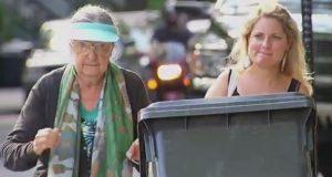 Bestemor ber forbipasserende om hjelp med søpla. Det neste som skjer? Jeg ler så tårene triller.