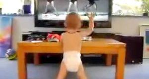 Beyonce kommer på TV, babyen løfter hånden og får pappa til å le hysterisk når han gjør DETTE.