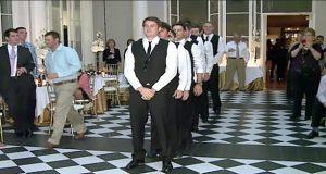 Brudgommens 9 bestevenner står bak ham. Når musikken starter, får brura hakeslepp.