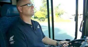 Bussjåføren mistenker at en gutt er kidnappet. Da stanser han bussen og gjør noe genialt.