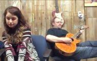 Han spiller en sang fra 1973. Men når datteren hans begynner å synge? UTROLIG.