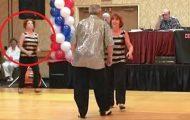 Paret begynner sitt dansenummer, men se når kvinnen til venstre løper inn på gulvet.