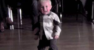 2-åringens foreldre er dansere. Når han går ut på gulvet for å herme, sjokkerer han alle.