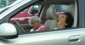 Politiet stopper 5 gamle damer på motorveien. Når vi får vite hvorfor ler vi så tårene triller.