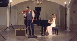 Hun begynner å spille og han gjør klar fiolinen. Vi har aldri hørt «Hallelujah» på denne måten før.