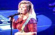Kelly Clarkson synger «Purple Rain» på scenen. Men når hun nærmer seg slutten? Fantastisk.