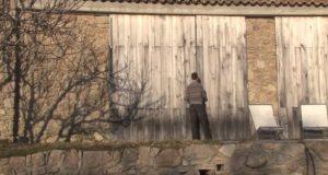 Han og familien flyttet inn i en falleferdig, forlatt låve. Men når han åpner dørene? UTROLIG.
