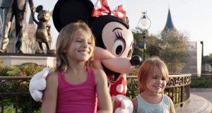 Disse jentene poserer for et bilde i Disney World. Følg nøye med på Minnis hender.