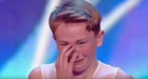 Mobbet gutt går ut på scenen. Når han får et sammenbrudd, SE hvordan publikum reagerer.
