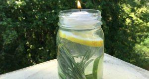 Hun blander sitron, rosmarin og eukalyptusolje i et glass. Dette kan alle ha nytte av i sommer.