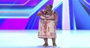 Alle ler av henne når hun går på scenen. Men se hva som skjer når hun begynner å synge.