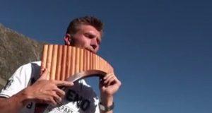 Når han klatrer opp en østerriksk fjelltopp og spiller DETTE på panfløyten, er gåsehuden et faktum.