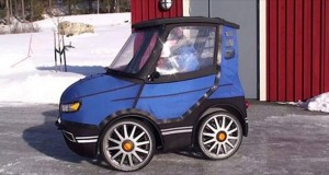 Det ser ut som verdens minste bil, men følg med når han åpner døren. Fantastisk.