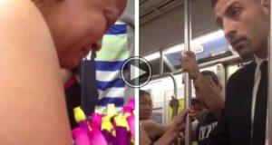 Hun selger roser på T-banen. Denne mannen etterlater henne i tårer når han gjør DETTE.