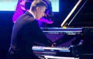 Han leder et helt orkester. Men når kameraet zoomer inn på hendene hans, får jeg fullstendig sjokk.
