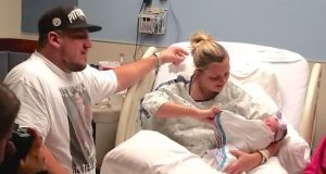 Hun vugger sin lille nyfødte. Følg med på hva hun finner under babyens teppe…