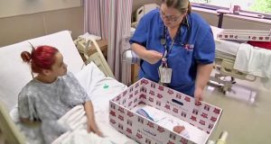 Sykepleieren legger mammas nyfødte i en pappeske. Så tar hun i bunnen og føler noe…