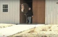 Folk tvilte på at hesten hans kunne være SÅ stor. Få med deg øyeblikket når de kommer ut av stallen. WOW.