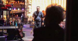 Bruce Springsteen ser sin 90 år gamle mor på siden av scenen. Følg med på hans venstre hånd…