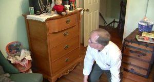 2-åring dør på soverommet. Så snur han seg og ser en SKREMMENDE fare skjule seg i åpent skue.
