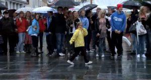 På Torgallmenningen i Bergen har hundrevis av mennesker trosset regnet for å få med seg DETTE.