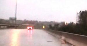 To politimenn kjørte gjennom en tung storm. Men det de så på veien foran seg? Herregud.