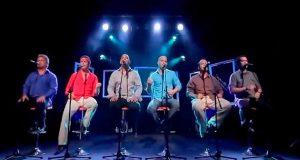 Denne gruppens versjon av «Hotel California» er enestående. Men få med deg mannen i rødt. WOW!