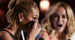 En sjenert jente går på scenen. Like etter klarer ikke dommeren å holde tårene tilbake.