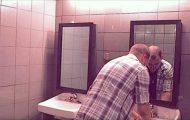 Han vasker hendene på nattklubben, men se hva som dukker opp i speilet.