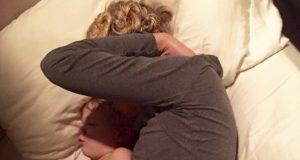Han finner sin utslitte kone som sover med babyen deres, men han vet NØYAKTIG hva hun skjuler…