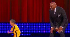 Programlederen kan ikke slutte å le når en liten gutt går på scenen og gjør dette…
