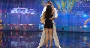 De står ansikt til ansikt på scenen. Men øyeblikket hun snur seg rundt? Jeg kan knapt tro det.