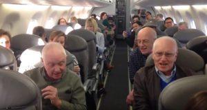 De ventet på at flyet skulle lette da disse herrene gjorde den kuleste tingen.