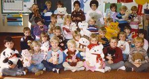 Barna stiller seg opp for et klassebilde. 30 år senere ser læreren nederst til venstre og oppdager det.