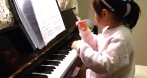 3-åringen klatrer opp på pianokrakken – følg med på hendene hennes.