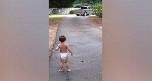 Mamma finner den lille pjokken sin i oppkjørselen. Men hold et øye med den sølvgrå bilen.