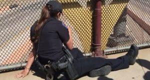 Bilførere ser en politikvinne sitte på broen. Men når de ser nærmere? Skremmende.