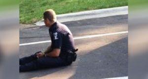 Dette bildet av en politimann sprer seg super-viralt. Grunnen? Ta en titt til venstre.