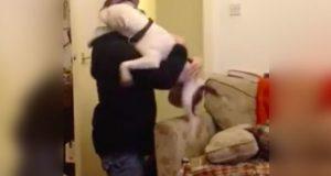Se det hjertevarmende øyeblikket hvor en hund blir gjenforent med mannen som reddet ham.
