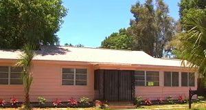 Naboene ønsker å rive ned dette rosa huset. Men se hvem som bor i det. UBEGRIPELIG.