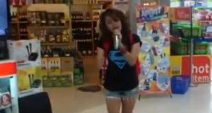 Hun ser en karaokemaskin på kjøpesenteret. Når hun setter i gang, stopper både kunder og ansatte opp.
