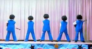 Fem tredjeklassinger går på scenen med ryggen mot publikum. Når de snur seg rundt? FANTASTISK.