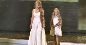 To søstre går ut på scenen. FÅ MED DEG storesøsteren… Når hun løfter opp hodet? WOW.