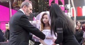 Den 12 år gamle jenten skal gifte seg med 65-åringen. Da går en kvinne frem og gjør dette.