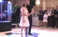 Brud i joggesko møter sin brudgom på dansegulvet. Når musikken starter? Dette er vakkert.