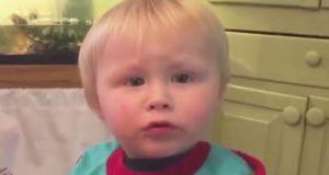 Denne søte gutten sitter i stolen sin og stirrer på mamma. Det han sier får henne til å flire godt!
