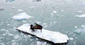 Han dro med seg pianoet til Svalbard og begynte å spille. Men se når han hører et gigantisk drønn…