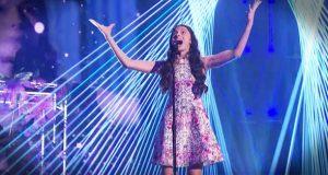 Jenta er bare 13 år gammel, men når hun synger «The Prayer» vil hun få hårene dine til å reise seg.