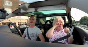Mormoren får sitt livs overraskelse når barnebarnet skrur på radioen og hun hører dette.