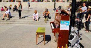Et piano står plassert på denne offentlige plassen. Men ingen forventet DETTE av jenta i grønt…